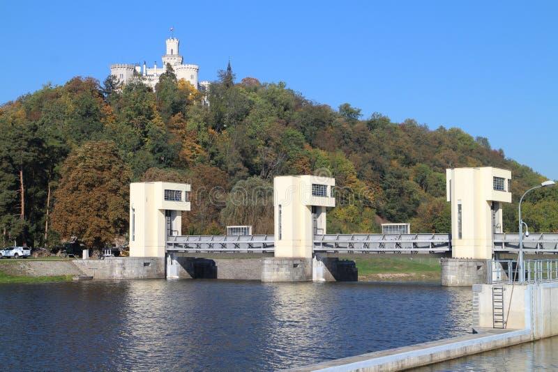 Navigation de l'eau de serrure sur le château de rivière de Vltava et de ¡ de Hlubokà photo stock