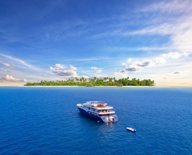 Navigation de luxe de yacht de grand safari sur l'océan, île tropicale sur le fond photos libres de droits