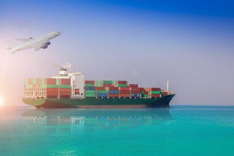 Navigation de navire porte-conteneurs dans la mer, la logistique et le transport photographie stock libre de droits