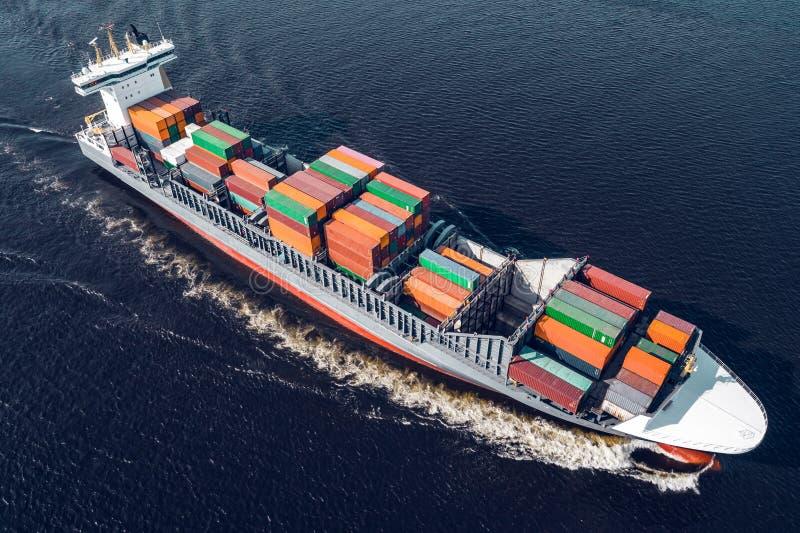 Navigation de navire porte-conteneurs en mer photos libres de droits