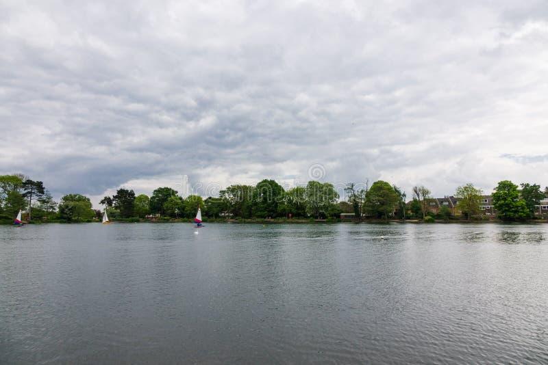 Navigation de pratique de personnes une journée de printemps dans le lac du sud Norwood photographie stock