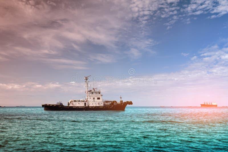 Navigation de remorqueur en mer images stock