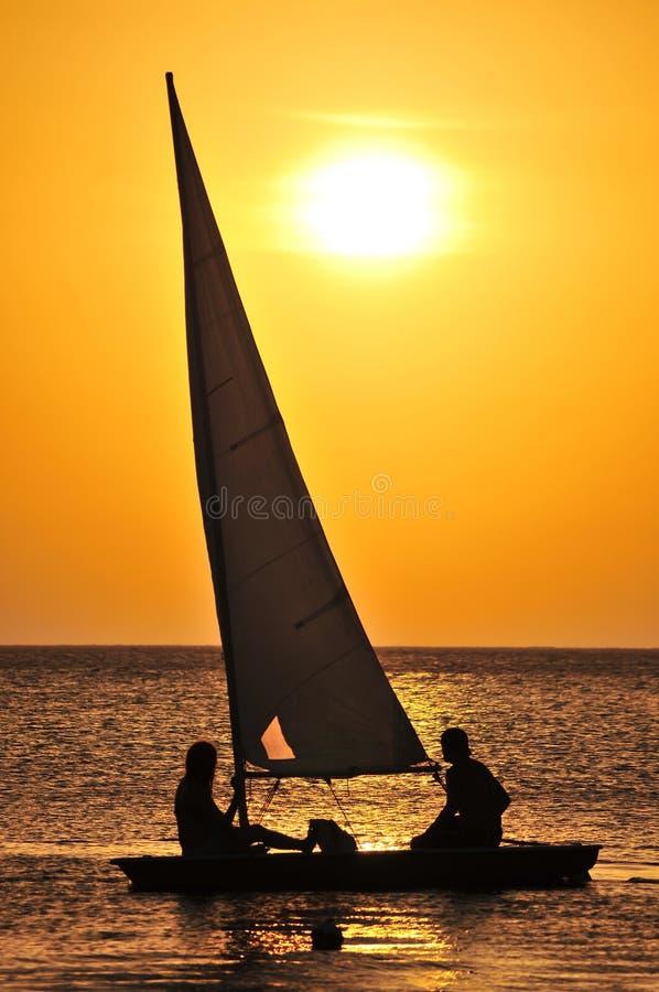 Navigation de yacht au coucher du soleil photo libre de droits