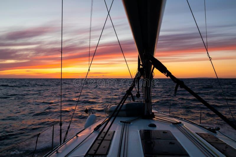 Navigation de yacht au coucher du soleil pendant une tempête Vacances de luxe en mer image libre de droits