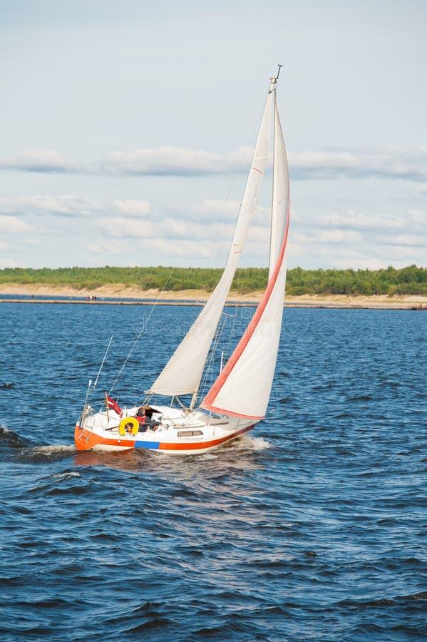 Navigation de yacht en mer photos libres de droits
