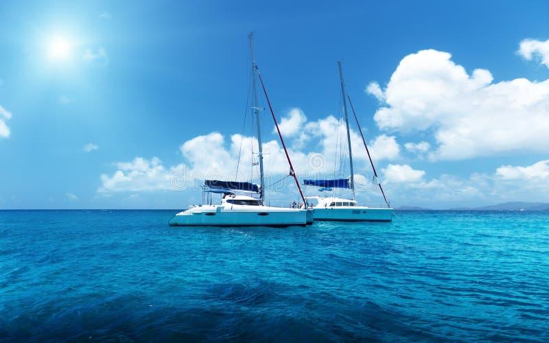 Navigation de yacht sur l'eau de l'océan photographie stock