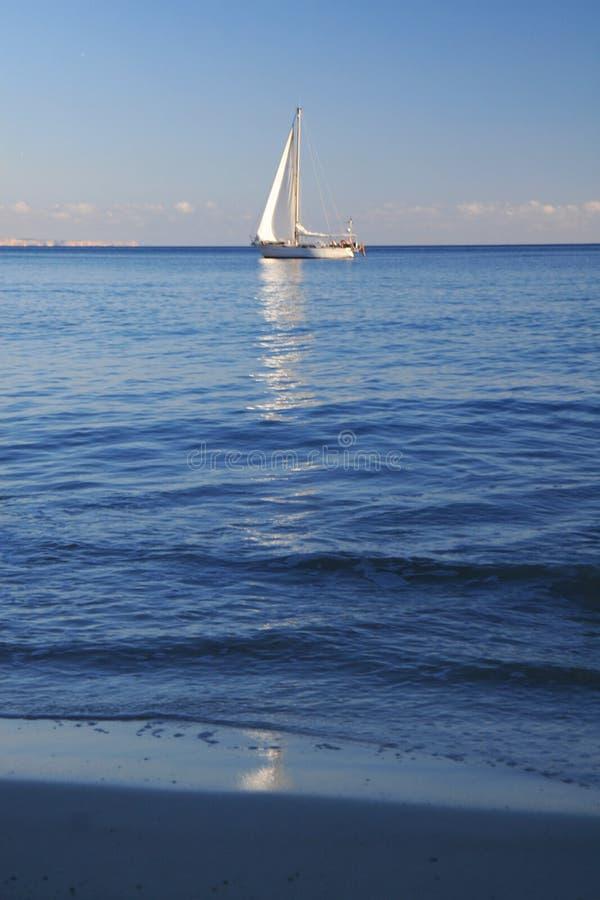 Navigation de yacht sur la mer images libres de droits