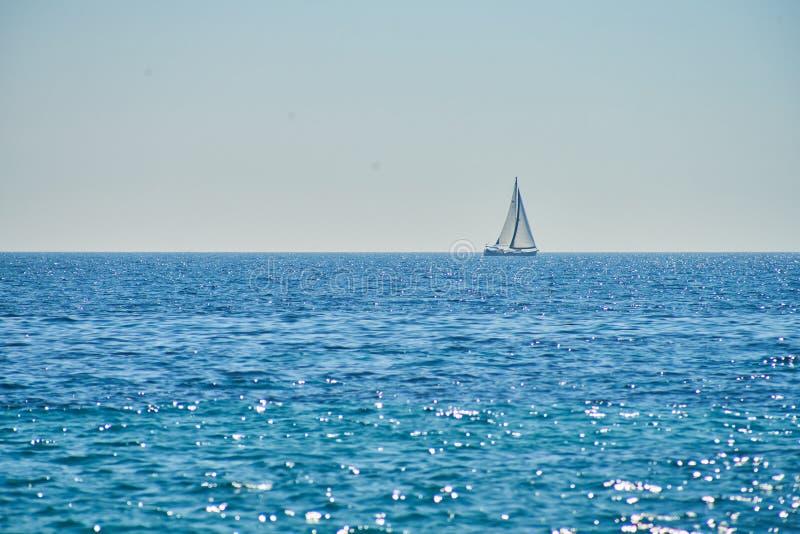 Navigation de yacht sur la mer ouverte photographie stock libre de droits