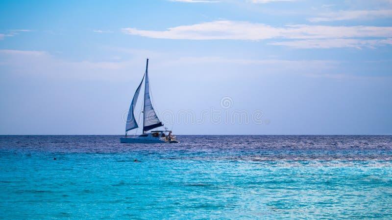 Navigation de yacht sur la mer tropicale photo stock