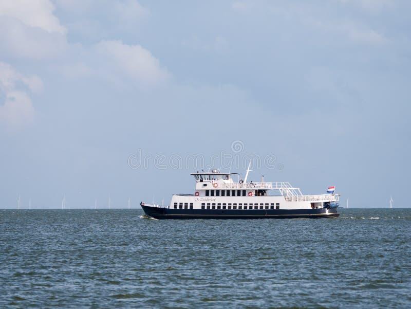 Navigation de Zuiderzee de ferry-boat sur le lac IJsselmeer et le generat de vent image libre de droits
