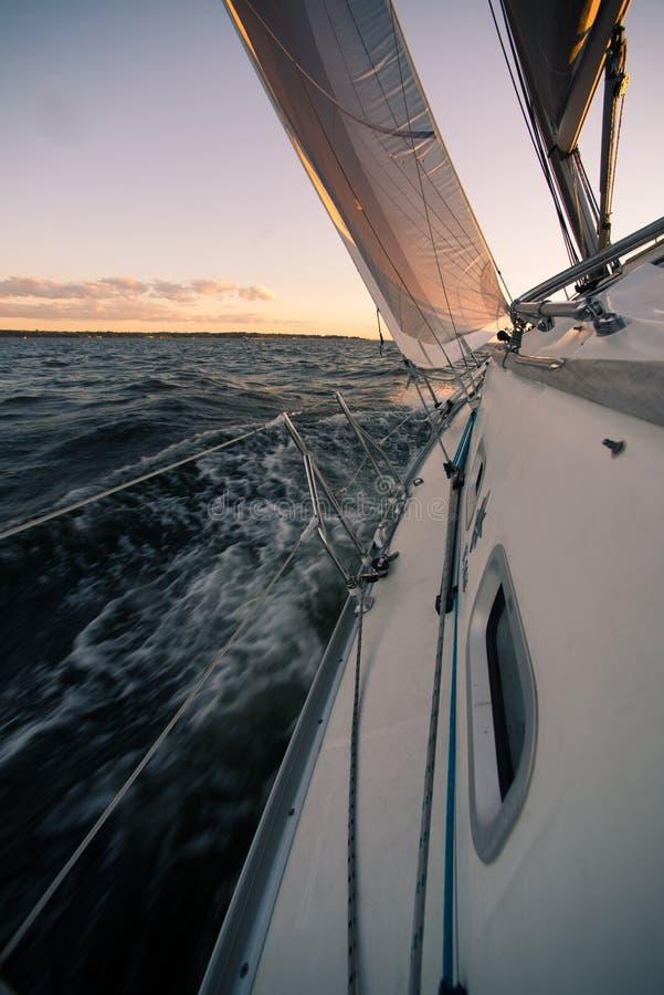 Navigation du fort vent photographie stock libre de droits