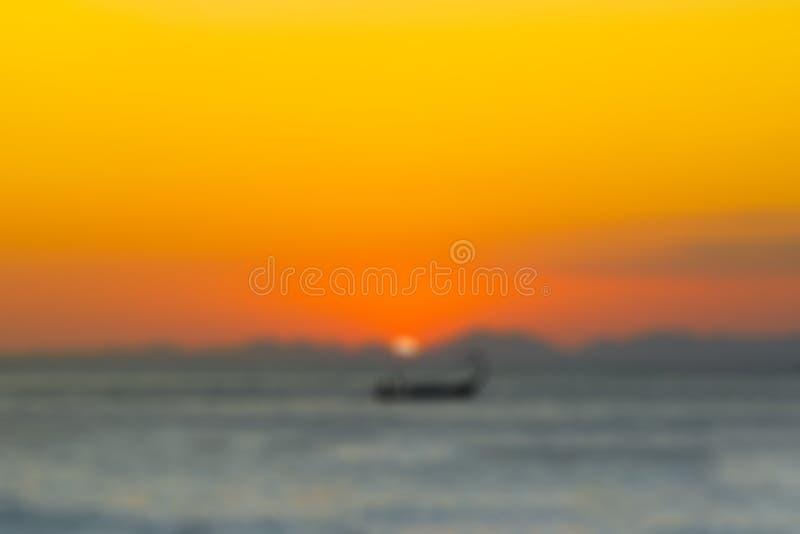 Navigation en bois brouillée abstraite de bateau de pêche de fond sur la mer, contre le contexte du coucher du soleil et des mo photo stock