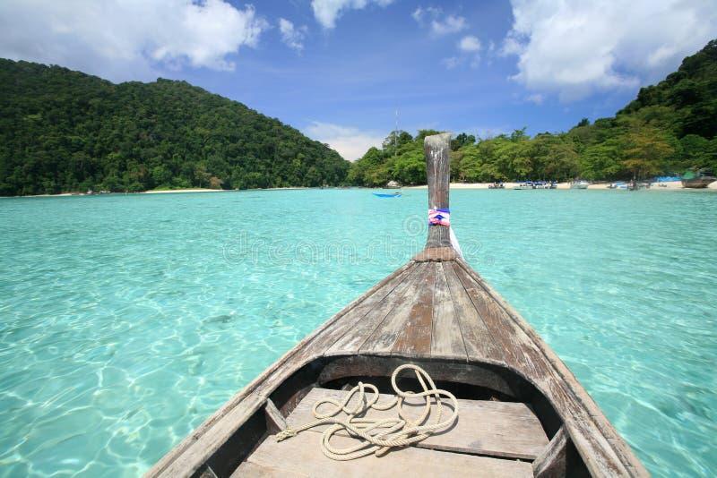Navigation en bois de bateau sur la mer bleue transparente photographie stock