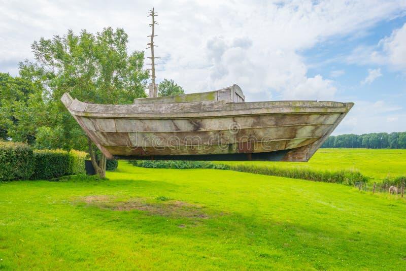 Navigation en bois de bateau sur une ancienne mer image stock