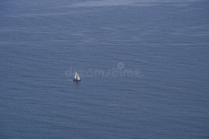 Navigation isolée de voilier à la vue bleue ouverte de mer d'en haut images stock