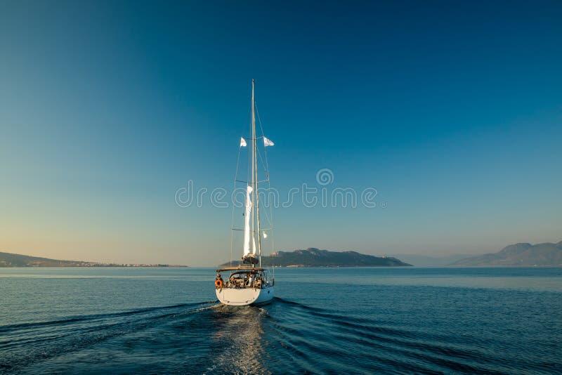 Navigation isolée de yacht sur la mer silencieuse Île d'Aegina, Grèce image stock