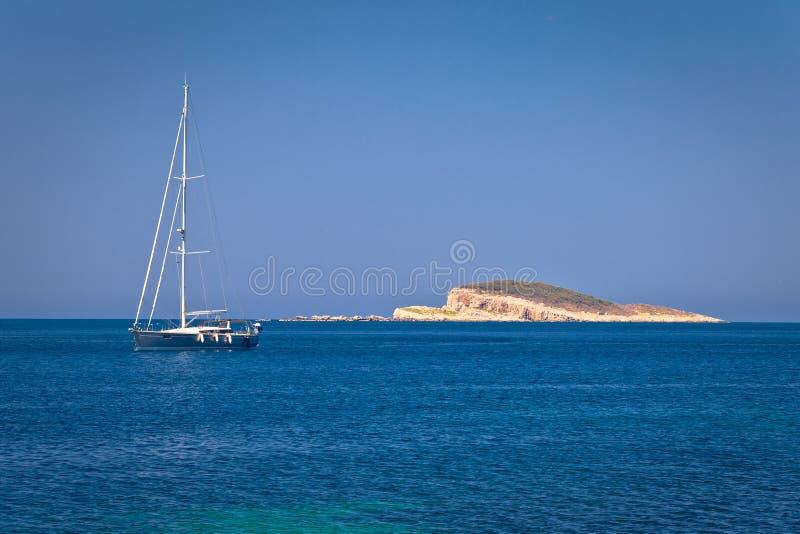 Navigation par l'île isolée de pierre de désert dans l'archipel de Dubrovnik photos libres de droits