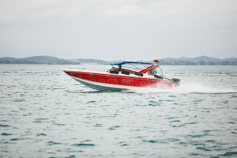 Navigation rouge de bateau sur la mer le beau et rapide navire déplace l'eau libre photographie stock