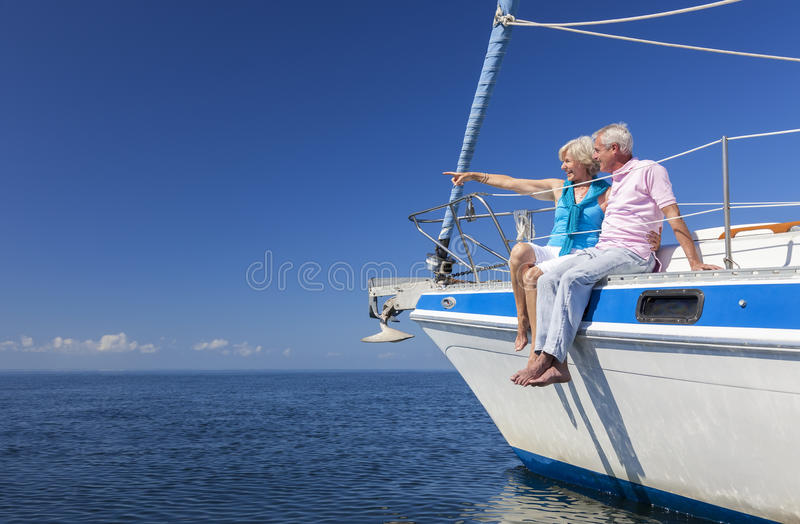 Navigation supérieure heureuse de couples sur un bateau à voile image libre de droits