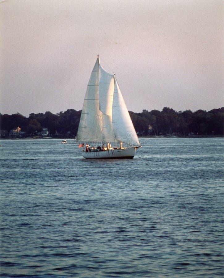 Navigation sur l'eau libre dans la soirée photos libres de droits
