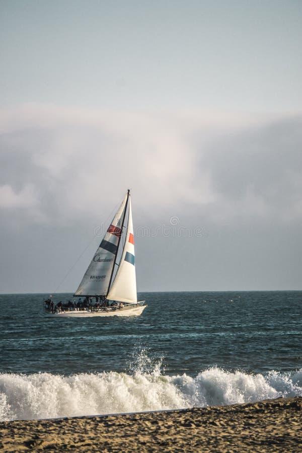 Navigation sur l'océan image stock