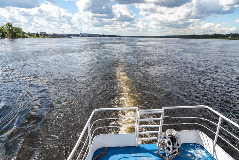 Navigation sur la rivière de Neva photographie stock libre de droits