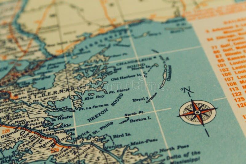 Navigations- dramatisk översikt med kompasset från encyclopediskt royaltyfri bild
