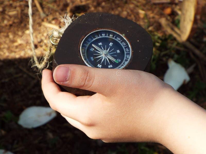 Navigations- kompass som rymms i hand fotografering för bildbyråer