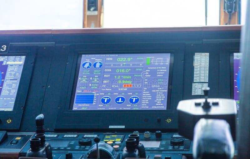 Navigations-Schirm auf Kreuzschiff stockfotos