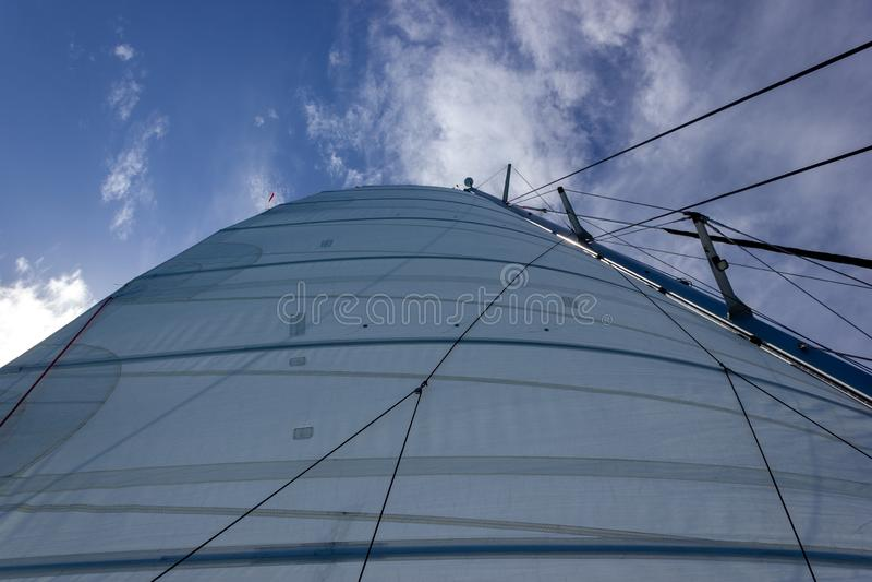 Navigazione del catamarano dell'yacht di navigazione nel mare Navigazione nei whitsundays isola, Queensland, Australia immagini stock