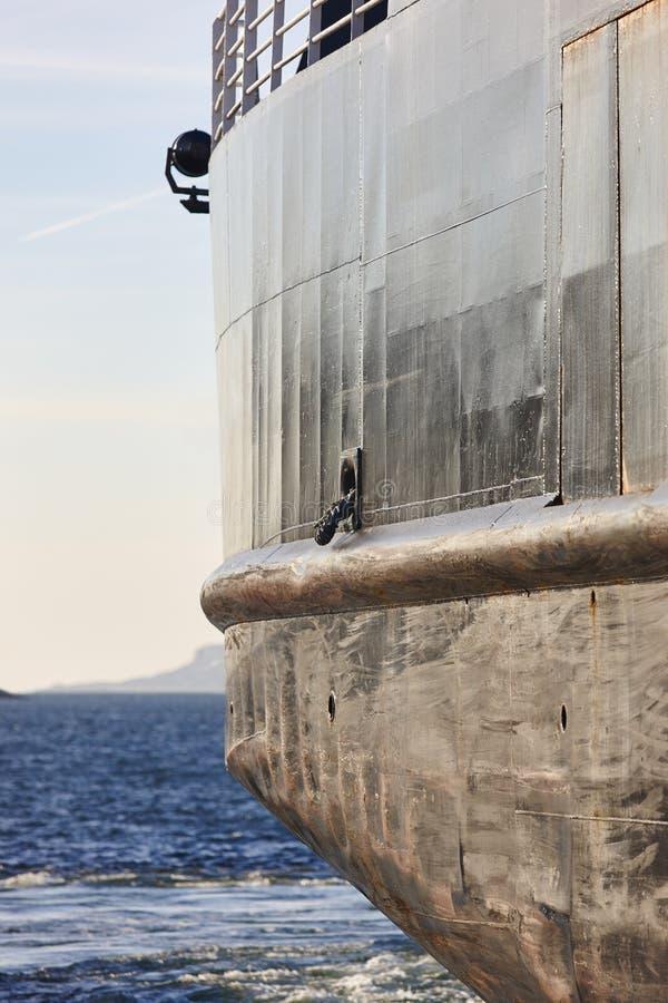Navigazione del dettaglio della nave vicino alla costa norvegese fotografia stock libera da diritti