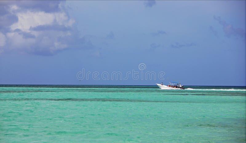 Navigazione del motoscafo nell'oceano tropicale bello, contro il cielo infinito blu immagine stock