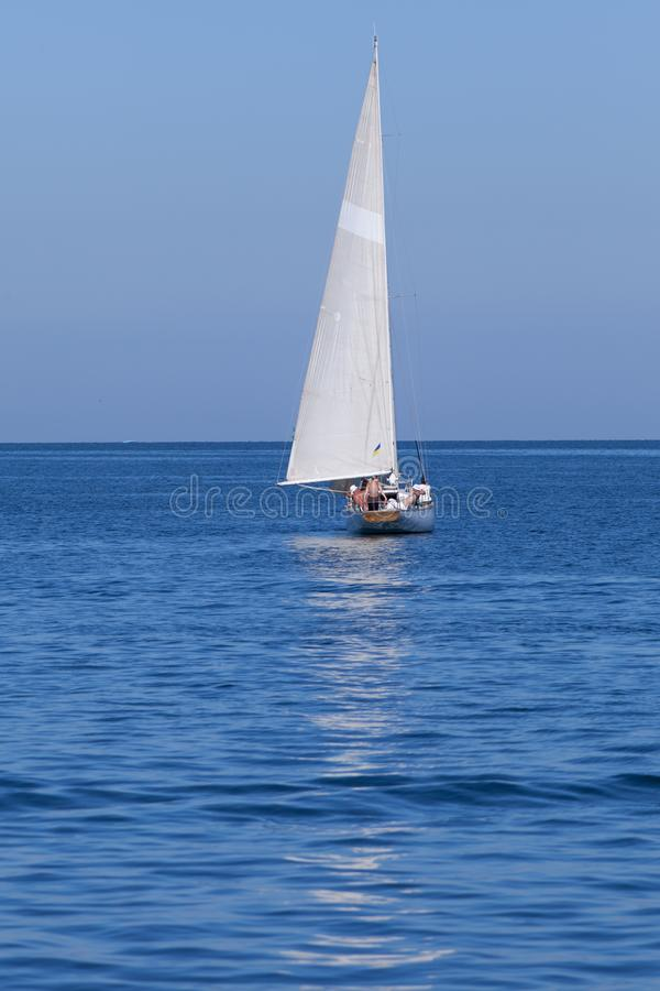Navigazione dell'yacht che galleggia sul mare immagine stock libera da diritti