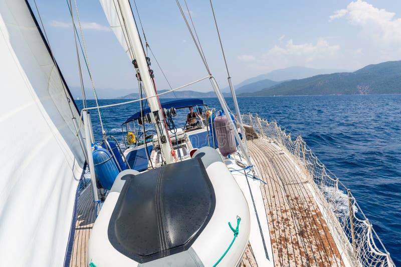 Navigazione dell'yacht girante con le donne sul timone fotografia stock