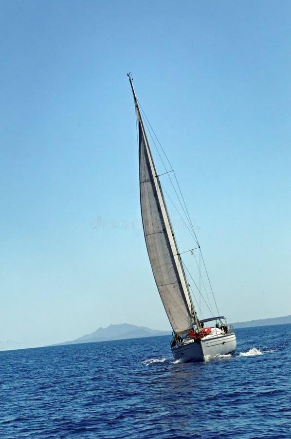 Navigazione dell'yacht in mare immagine stock