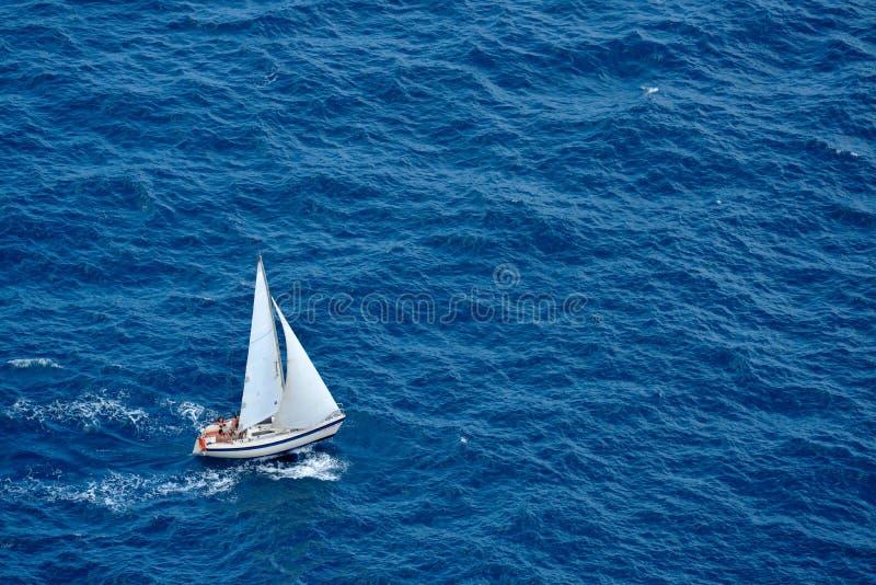 Navigazione dell'yacht nel mare blu fotografia stock