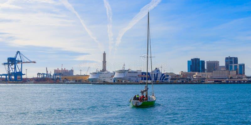 Navigazione dell'yacht a Oporto Antico, faro di Genova, Italia immagini stock libere da diritti