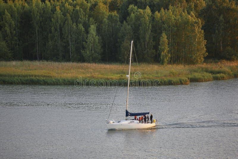 Navigazione dell'yacht su un lago finlandese Ricreazione di estate della Finlandia fotografia stock