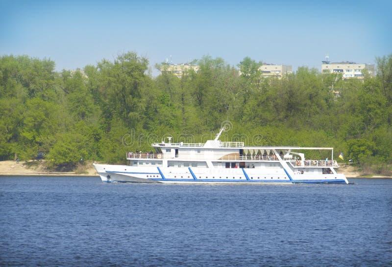 Navigazione della barca lungo il fiume di Dnieper immagine stock libera da diritti
