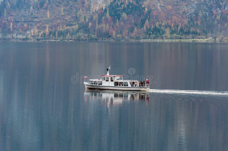 Navigazione della barca sul lago Hallstatter, Austria settentrionale fotografia stock libera da diritti