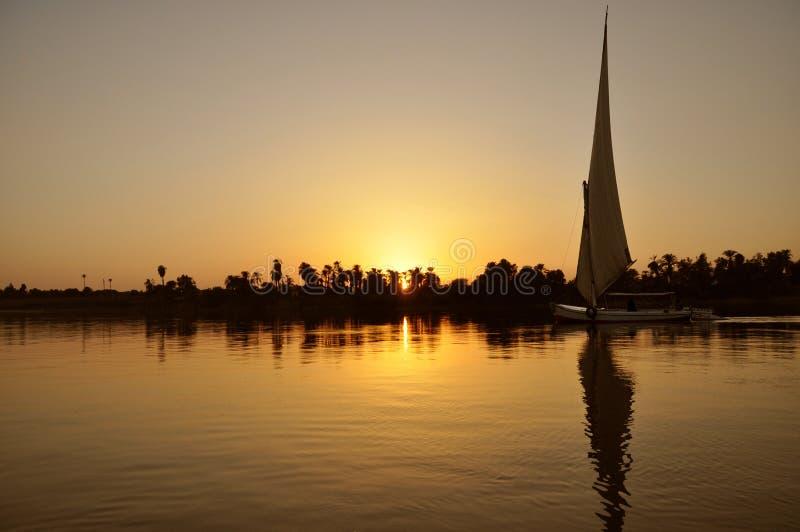 Navigazione della barca sul Nilo al tramonto, Luxor, egiziana fotografia stock libera da diritti