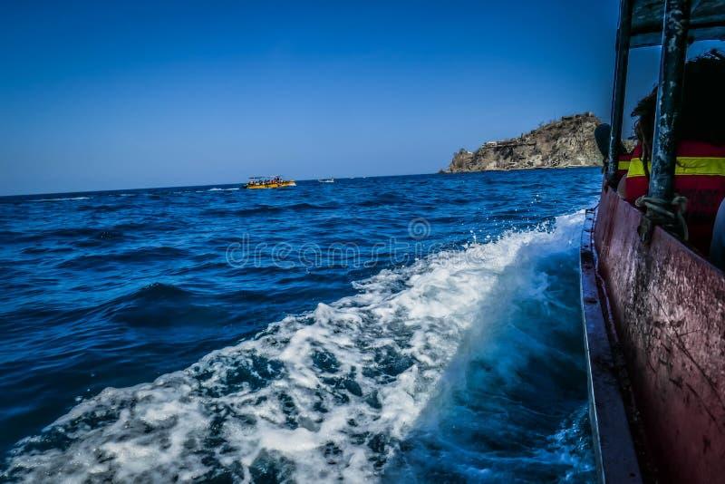 Navigazione della barca turistica nel mare di mattina fotografia stock