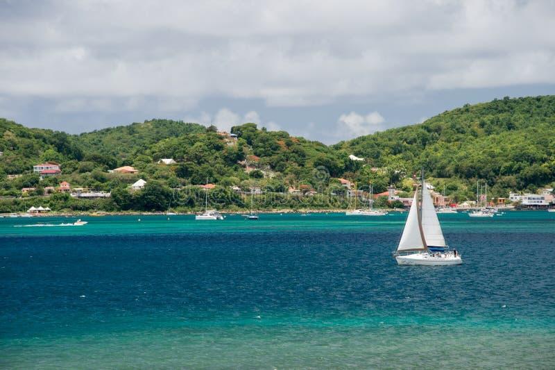 Navigazione della barca a vela su Baie du Marin, la Martinica, caraibica fotografia stock