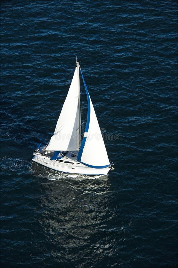 Navigazione della barca a vela sull'acqua fotografie stock