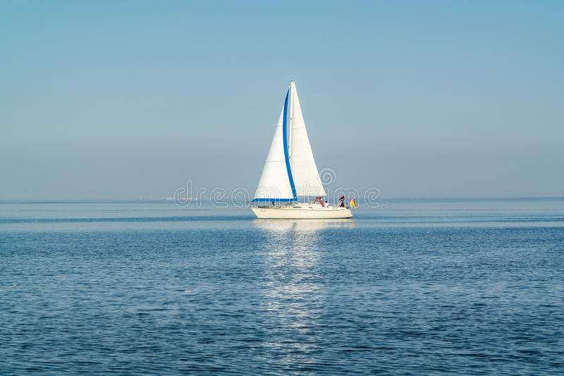 Navigazione della barca a vela a Waddensea calmo e soleggiato, Paesi Bassi fotografia stock