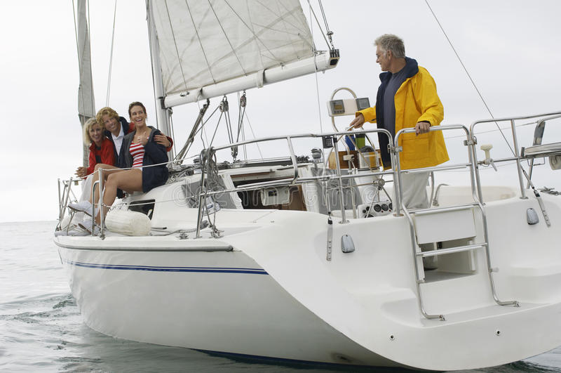 Navigazione della famiglia sulla barca durante le vacanze fotografie stock libere da diritti
