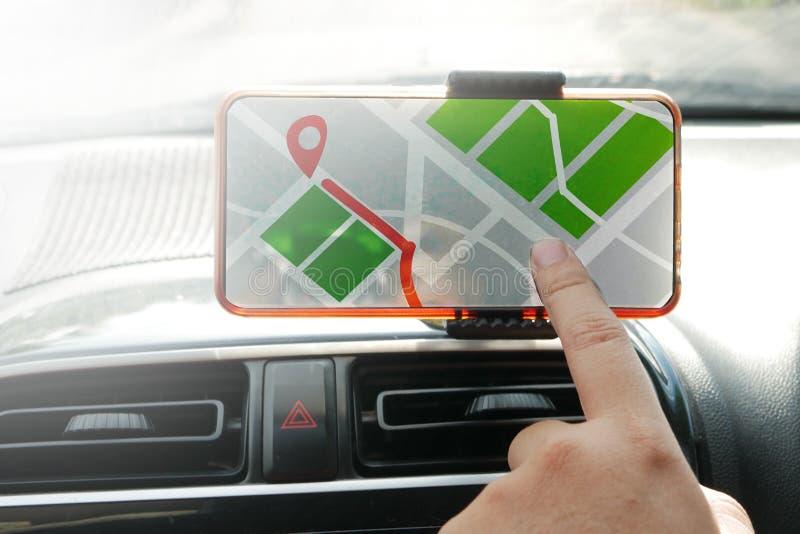 Navigazione della mappa di GPS sullo Smart Phone mentre conducendo un'automobile fotografia stock