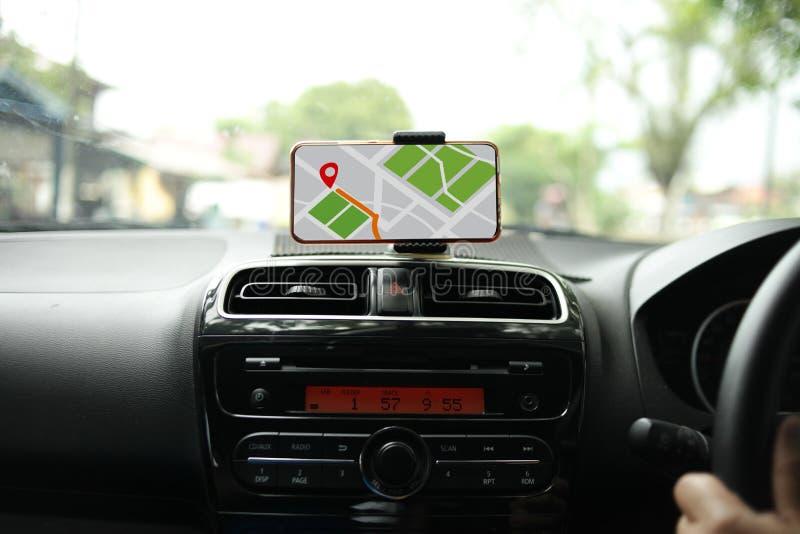 Navigazione della mappa di GPS sullo Smart Phone mentre conducendo un'automobile fotografia stock libera da diritti