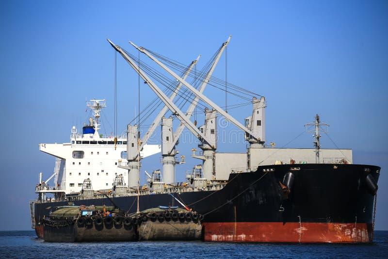 Navigazione della nave da carico in acqua tranquilla fotografia stock