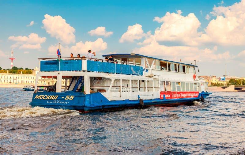 Navigazione della nave da crociera del fiume sul fiume Neva nel giorno soleggiato di estate fotografia stock